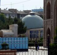 Ленинабадский Планетарий со стороны Мавзолея шейха Муслихиддина, крупно